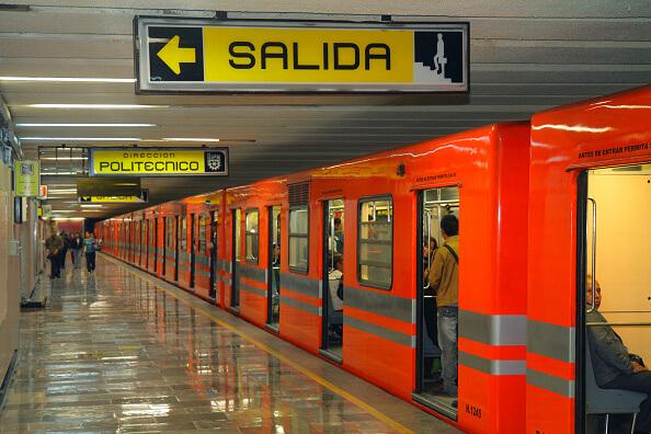 Entre los objetos más extraviados en el Metro se encuentran celulares, licencias para conducir y credenciales de elector. (Getty images, archivo)