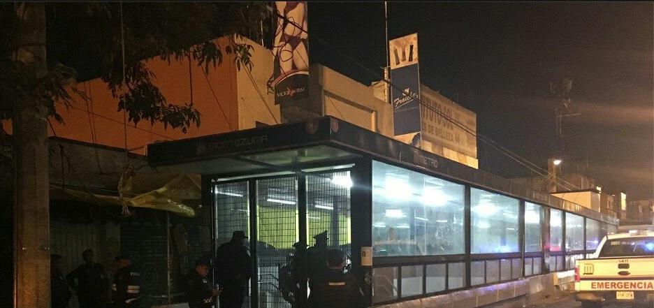 Policías resguardan la zona donde fue encontrado una persona ahorcada, en las inmediaciones del metro Moctezuma (Facebook- Centro Regulador de Urgencias y Emergencias CRUE)
