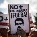 Miles de personas protestaron en las calles de Caracas contra el gobierno del presidente, Nicolás Maduro.