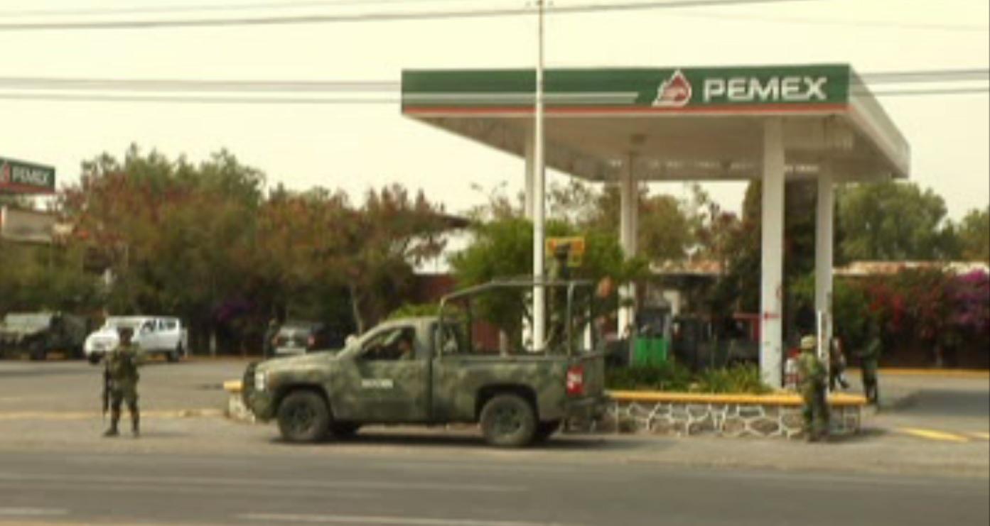 Militares vigilan gasolinera en zona de huachicoleros, en Puebla
