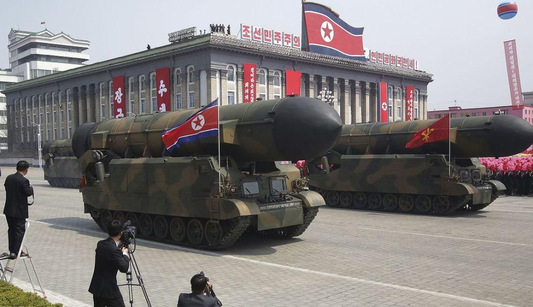 Corea del Norte muestra varios misiles balísticos, entre ellos un posible nuevo proyectil de alcance intercontinental; expertos en la materia advierten que podría ser falsos, debido a que no es la primera vez que el régimen exhibe maquetas de supuestos misiles. (AP)