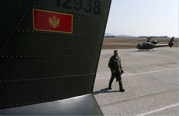 Vehículos militares de Montenegro; el país es aceptado como miembro de la OTAN (AP, archivo)