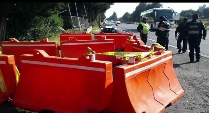 Autoridades atienden el hallazgo de un muerto por disparo de arma de fuego sobre la autopista México-Cuernavaca (Noticieros Televisa)