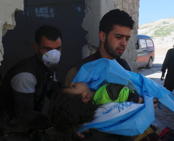 Un hombre lleva el cuerpo de un niño muerto después de un ataque con gas tóxico en la ciudad de Khan Sheikhoun (Reuters)
