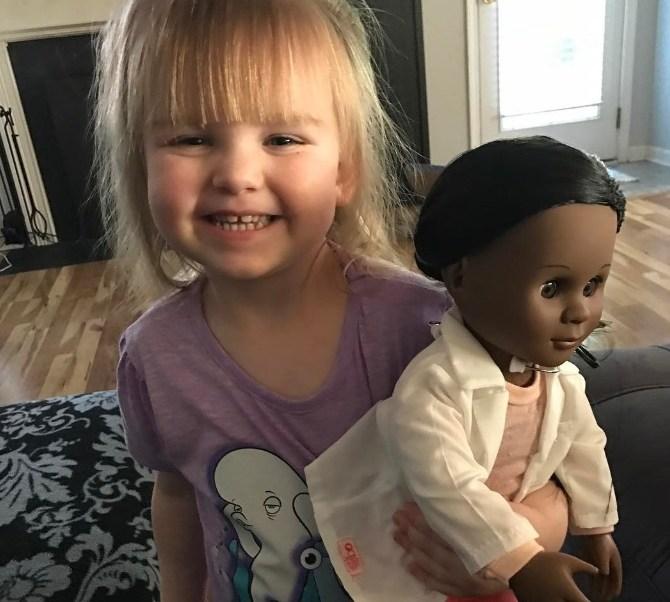 Sophie Benner y la muñeca que escogió como recompensa (Foto: Brandi Benner/ Facebook)