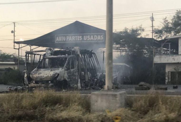También quemaron algunos negocios (Twitter @lopezdoriga)