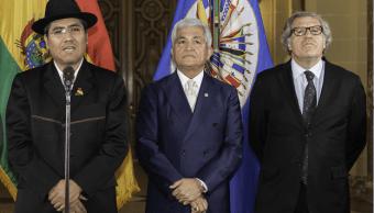 El embajador de Bolivia ante la OEA, Diego Pary, su homólogo de Belice, Patrick Andrews, y el Secretario General de la organización, Luis Almagro, durante el acto en el que Bolivia asumió la presidencia del Consejo Permanente. (EFE)