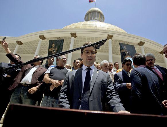 El primer vicepresidente de la Asamblea Nacional, el opositor Freddy Guevara, ofrece una rueda de prensa desde el Palacio Federal Legislativo. (AP)