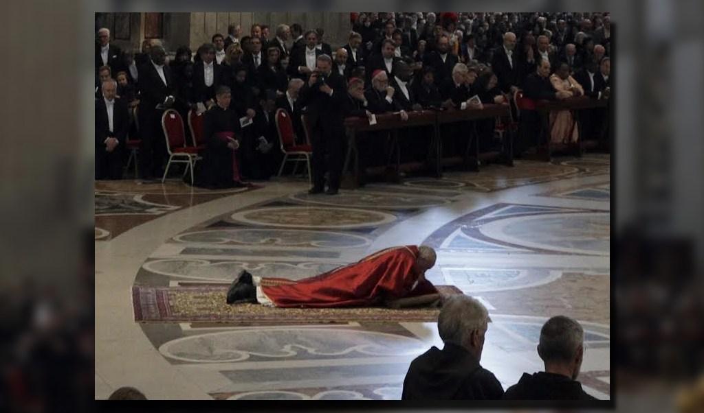 Papa Francisco ora postrado en la Basílica de San Pedro (AP)