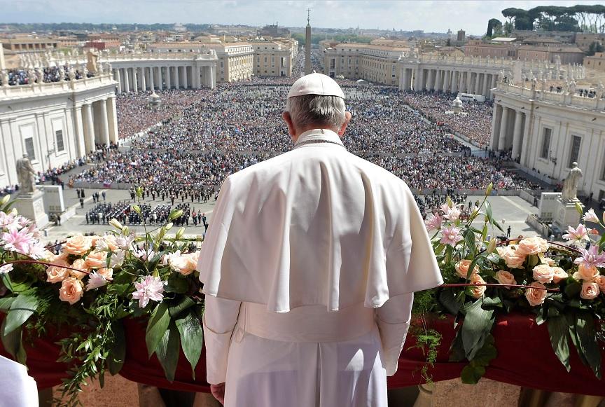 """El Papa Francisco emite su mensaje """"Urbi et Orbi"""" desde el balcón con vistas a la Plaza de San Pedro en el Vaticano (Reuters)"""