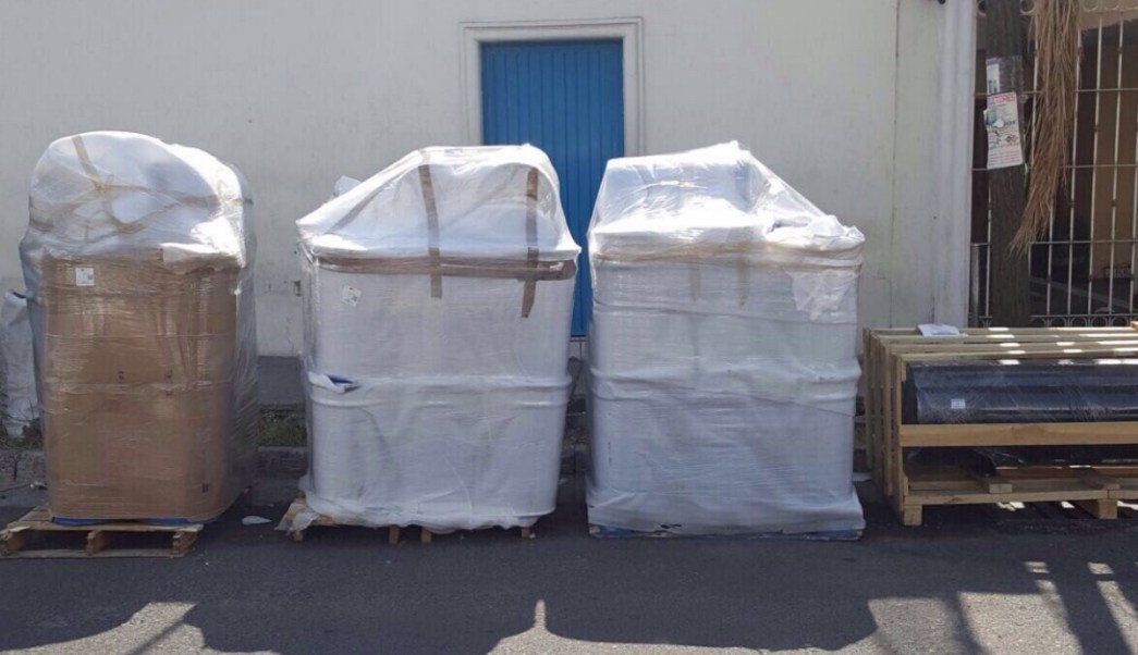 Elementos de la PF aseguran más de tres toneladas de cianuro en el aeropuerto de Guadalajara. (Twitter: @davidgj71)