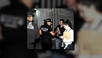 Elementos de la Policía de Investigación atienden a personas; la Procuraduría capitalina despliega operativo de Semana Santa (Twitter @PGJDF_CDMX)