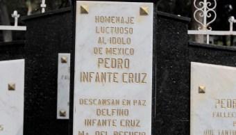Fanáticos se reúnen alrededor de la tumba de Pedro Infante. (Notimex)