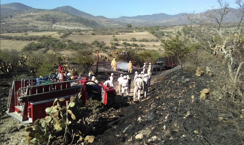 Personal de Pemex atiende un incendio provocado por una toma clandestina en Tepeji del Río, Querétaro (Twitter @Pemex)