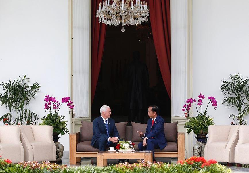 El vicepresidente de Estados Unidos, Mike Pence, elogia la democracia indonesia y su versión moderada del islam, tras reunirse con Joko Widodo, el presidente del país de mayoría musulmana más poblado del mundo. (AP)