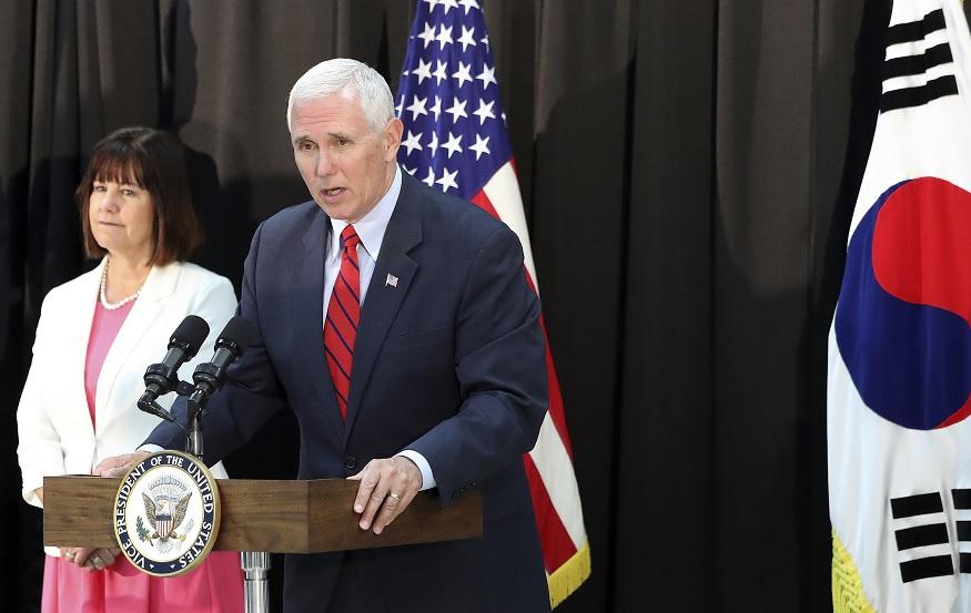El vicepresidente de Estados Unidos, Mike Pence, habla durante una cena en una base militar en Seúl, Corea del Sur (Reuters)