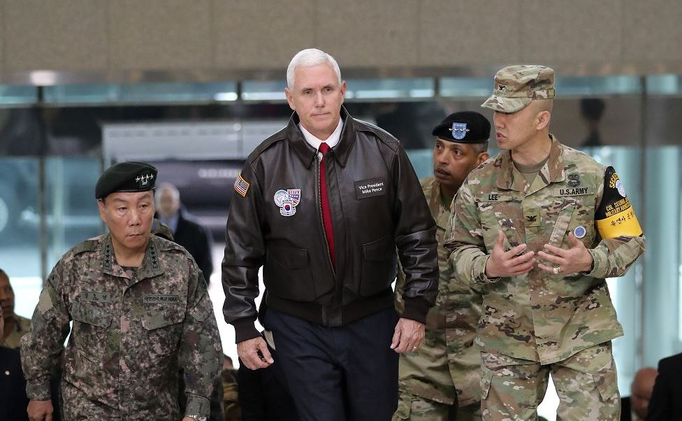 Mike Pence, el vicepresidente estadounidense visitó la tensa franja que separa a Norcorea y Corea del Sur. (AP)