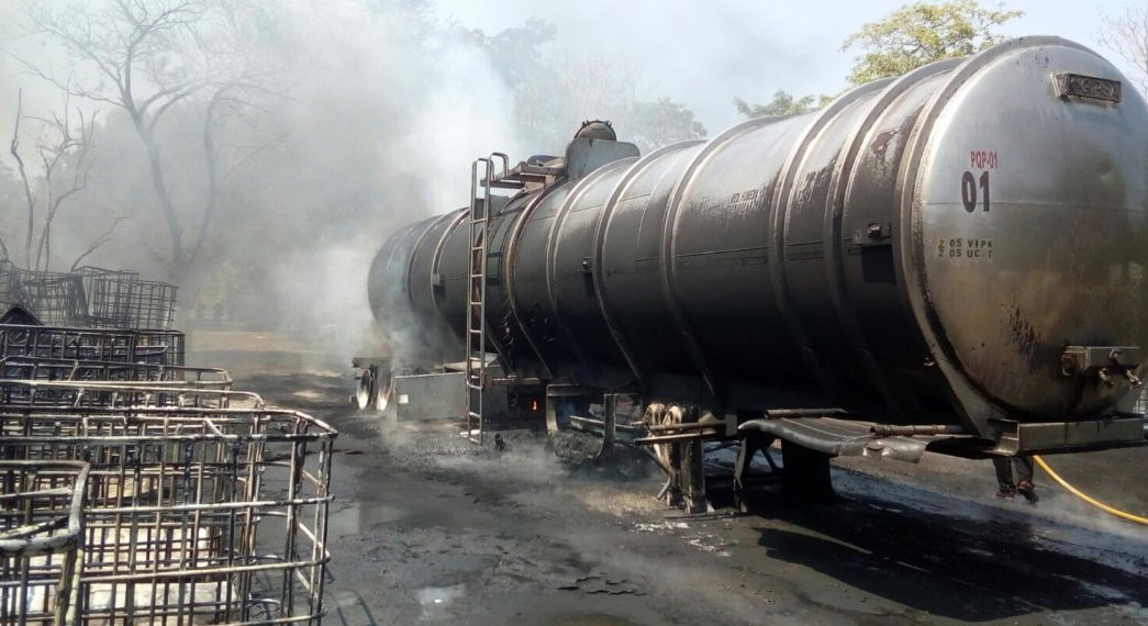 Autoridades extinguen fuego en una pipa, que se incendió en Paraíso, Tabasco (Noticieros Televisa)