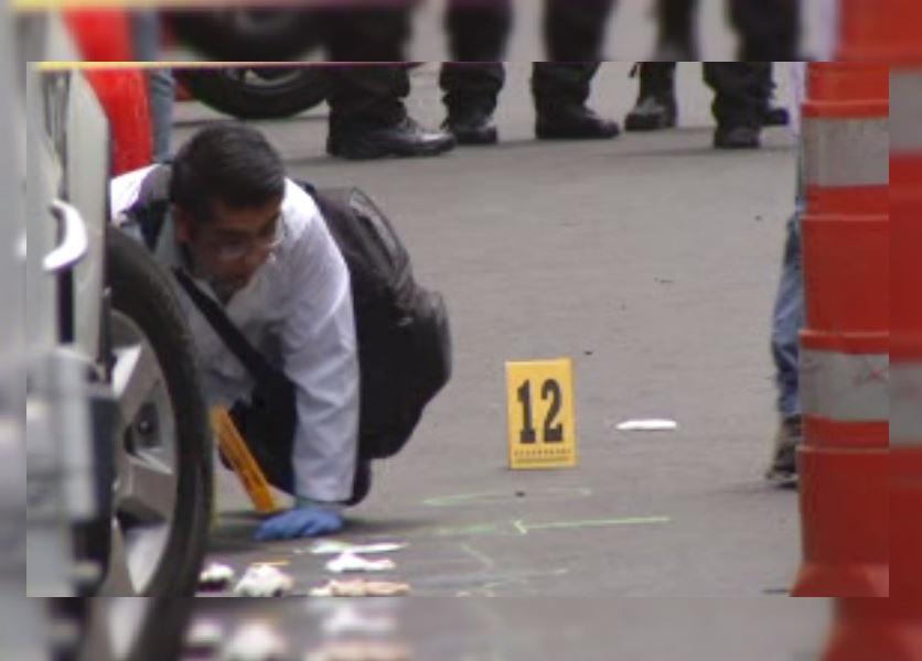Peritos investigan balacera en Plaza Meave. (Noticieros Televisa)