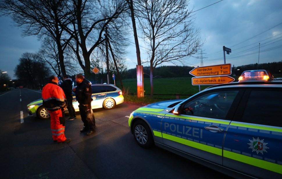 Policías investigan una explosión en el camión del equipo de futbol Borussia Dortmund (Reuters)