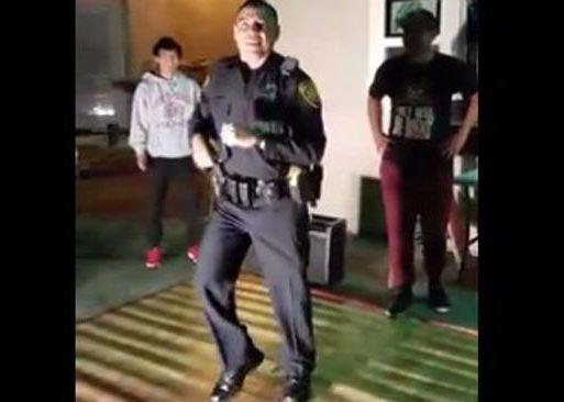 Un policía de San Antonio, Texas, se pone a bailar en una fiesta. (Tomada de video)