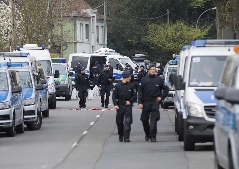 La policía asegura la escena donde el autobús del equipo del Borussia Dortmund fue dañado en una explosión en Dortmund, Alemania (AP)