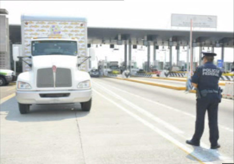 Efectivo de la Gendarmería vigila autopista del país; la Policía federal despliega más de 17 mil oficiales para cuidar a los vacacionistas (Noticieros Televisa)
