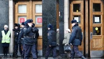 Agentes de policía rusa son vistos fuera de la estación de metro Ploschad Revolyutsii(Plaza de la Revolución) (Reuters)