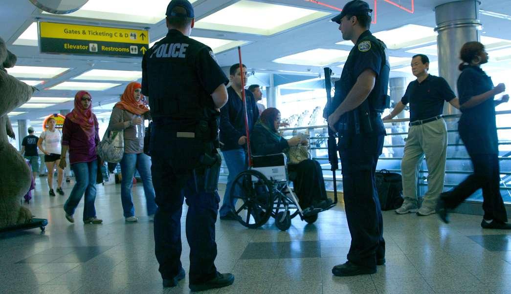 Policías de Nueva York vigilan el aeropuerto de La Guardia (AP, archivo)