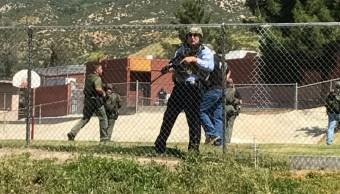 Policías se despliegan en escuela primaria donde se registró tiroteo en San Bernardino (Twitter @RickSforza, Archivo)