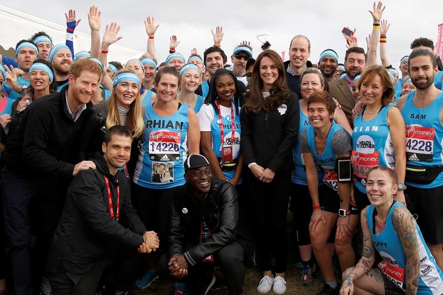 El príncipe Guillermo y Catalina, duquesa de Cambridge, posan para una fotografía con los corredores antes de comenzar oficialmente el maratón 2017 (Reuters)