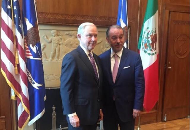 El procurador general de la República, Raúl Cervantes Andrade, y el fiscal general de los Estados Unidos de América, Jeff Sessions, se reunieron para dar seguimiento y estrechar lazos de cooperación en procuración de justicia. (PGR)