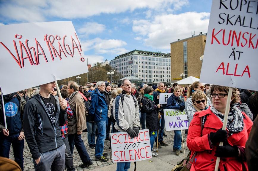 """Manifestantes llevan pancartas durante la manifestación """"March for Science"""" en la plaza Medborgarplatsen en Estocolmo, Suecia (Reuters)"""