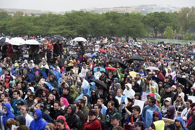 Miles de científicos de todo el mundo dejaron sus laboratorios para salir a las calles para protestar por los recortes en investigación científica propuestos por Donald Trump. (AP)