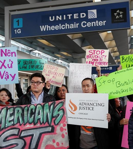Miembros de la comunidad asiática protestan por el trato recibido de United Airlines contra David Dao, quien fue retirado por la fuerza en un vuelo en Chicago (Reuters)