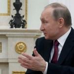 El presidente ruso Vladimir Putin habla con el presidente italiano Sergio Mattarella durante su reunión en el Kremlin en Moscú, Rusia (Reuters)