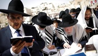 Rabinos bendicen a la multitud. (Reuters)