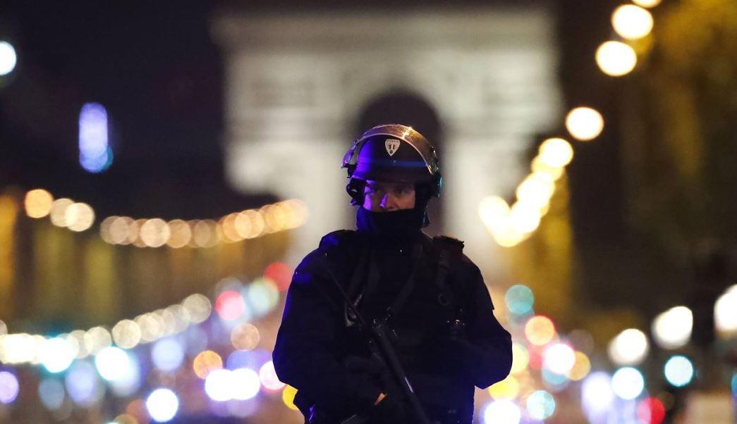 La ultraderechista, Marine Le Pen, y el conservador, François Fillon, dos de los favoritos, fueron los primeros en anunciar que suspendían sus actos electorales previstos para este viernes tras el ataque registrado en los Campos Elíseos. (AP)