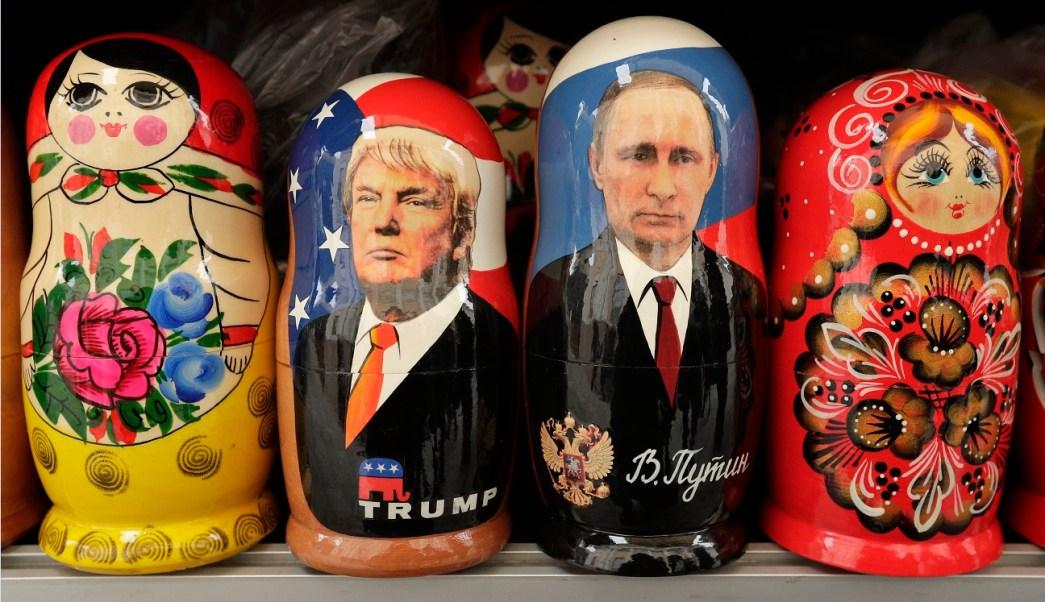 Matryoshkas con la imagen de los presidentes de Estados Unidos y Rusia (AP, archivo)