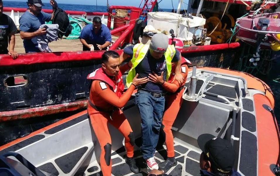Uno de los pescadores se amputó cuatro dedos de una mano y el otro se lesionó la pantorilla, (Semar)