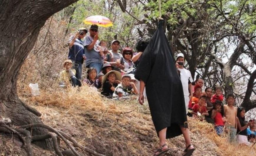 José Ignacio G., de 23 años de edad, quien participaba en el acto religioso interpretando el papel de Judas, por lo que se encontraba atado del cuello a un árbol y parado sobre un bote (Twitter @MoreliaMX)