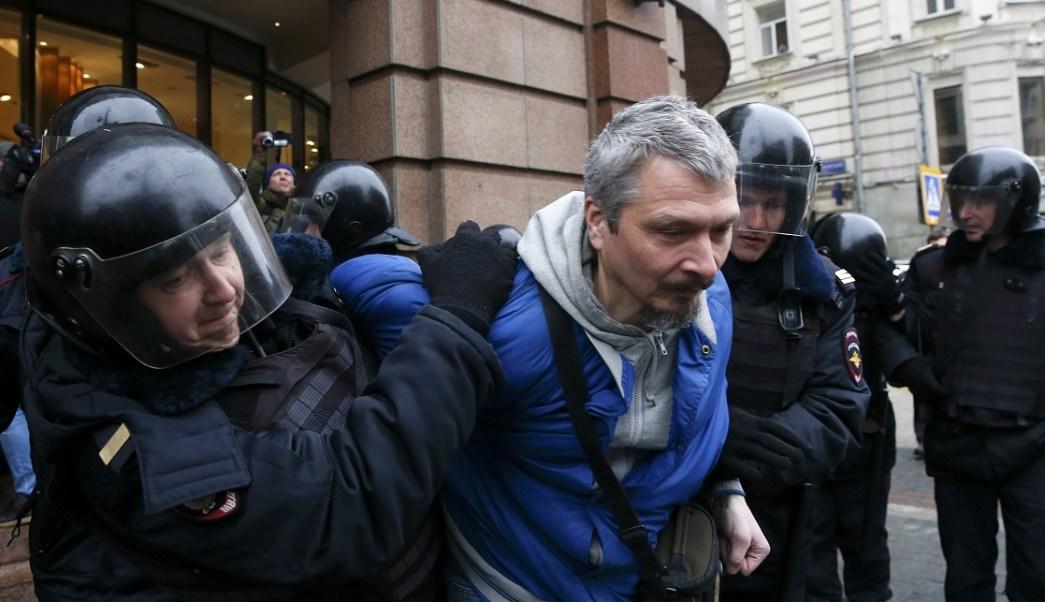 Policías detienen a un hombre durante una protesta anti-gobierno en el centro de Moscú, Rusia (Reuters)