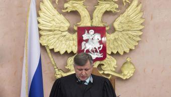 El juez de la Corte Suprema de Rusia, Yuri Ivanenko, lee la decisión en un tribunal de Moscú, Rusia, de prohibir que los Testigos de Jehová operen en el país y ordenó el cierre de la sede del grupo en Rusia. (AP)