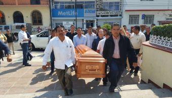 Los restos de Demetrio Saldívar Gómez fueron llevados a las oficinas del PRD, donde familiares, amigos y compañeros de partido le rindieron un homenaje (Twitter @Delarosapelaez)