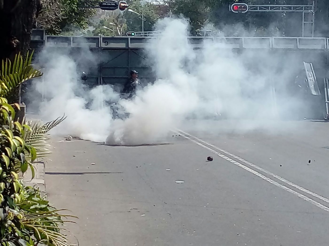 Gases lacrimógenos en avenida Bucareli. (FOROtv)