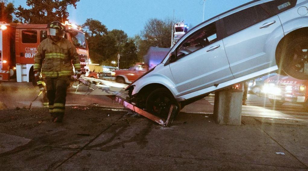 Se requirió de una grúa para bajar al automóvil de la base de concreto (Twitter @alertasurbanas)