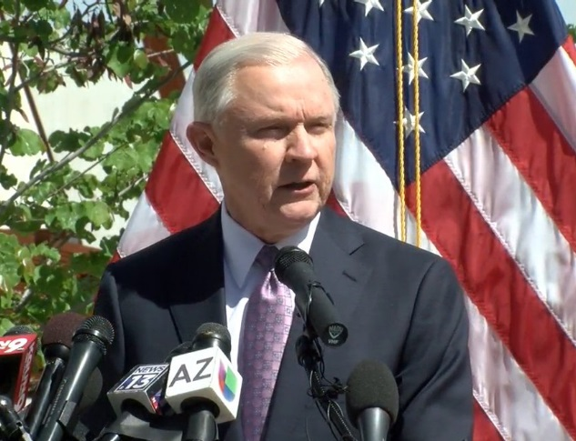 El secretario estadounidense de Justicia Jeff Sessions habló a medios de comunicación tras un recorrido por la frontera Estados Unidos-México (FOROtv)
