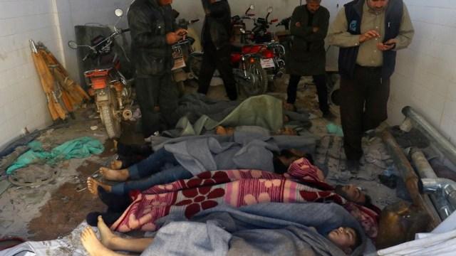 Decenas de cadáveres después de un ataque con gas en la ciudad siria de Khan Sheikhoun (Reuters)