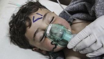 Un nino recibe tratamiento médico tras un ataque químico en el sur de la provincia de Idleb, en Siria (EFE, archivo)