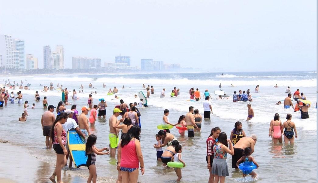 Cientos de vacacionistas disfrutan de las playas de Acapulco, Guerrero; las autoridades alertan de una ola de calor (NTX)